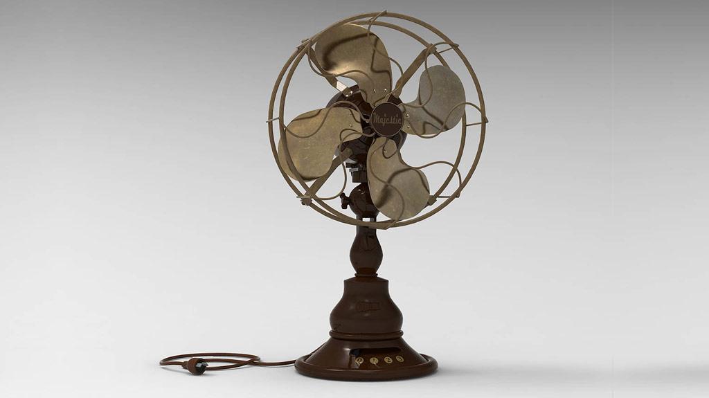 """Ancien ventilateur de marque """"Majestic"""" à 4 pales en acier et socle en bois"""