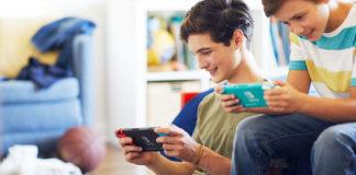 Garçons jouant à la Nintendo Switch dans un salon